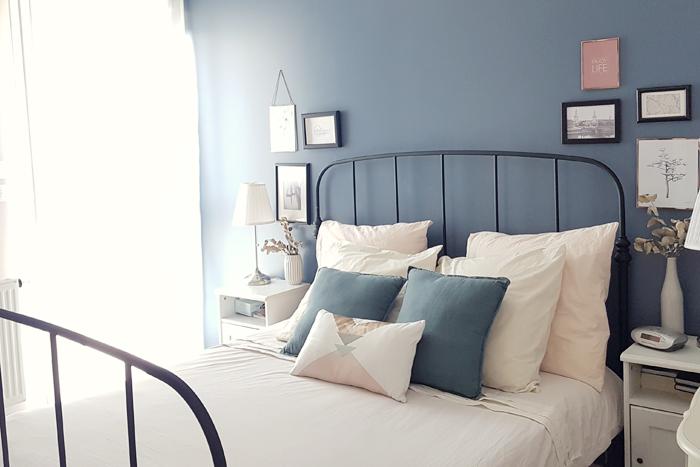 Décoration d'une chambre dans les tons bleu, beige , rosé, avec quelques pointes de cuivre
